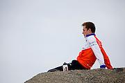 Rik Houwers concentreert zich voor de eerste recordpoging. Hij zal 129,45 km/h rijden en is daarmee de derde snelste man ter wereld. Het Human Power Team Delft en Amsterdam (HPT), dat bestaat uit studenten van de TU Delft en de VU Amsterdam, is in Amerika om te proberen het record snelfietsen te verbreken. Momenteel zijn zij recordhouder, in 2013 reed Sebastiaan Bowier 133,78 km/h in de VeloX3. In Battle Mountain (Nevada) wordt ieder jaar de World Human Powered Speed Challenge gehouden. Tijdens deze wedstrijd wordt geprobeerd zo hard mogelijk te fietsen op pure menskracht. Ze halen snelheden tot 133 km/h. De deelnemers bestaan zowel uit teams van universiteiten als uit hobbyisten. Met de gestroomlijnde fietsen willen ze laten zien wat mogelijk is met menskracht. De speciale ligfietsen kunnen gezien worden als de Formule 1 van het fietsen. De kennis die wordt opgedaan wordt ook gebruikt om duurzaam vervoer verder te ontwikkelen.<br /> <br /> Rik Houwers is concentrating for his first record attempt. He will cycle 80,44 mph and is the third fastest man in the world. The Human Power Team Delft and Amsterdam, a team by students of the TU Delft and the VU Amsterdam, is in America to set a new  world record speed cycling. I 2013 the team broke the record, Sebastiaan Bowier rode 133,78 km/h (83,13 mph) with the VeloX3. In Battle Mountain (Nevada) each year the World Human Powered Speed Challenge is held. During this race they try to ride on pure manpower as hard as possible. Speeds up to 133 km/h are reached. The participants consist of both teams from universities and from hobbyists. With the sleek bikes they want to show what is possible with human power. The special recumbent bicycles can be seen as the Formula 1 of the bicycle. The knowledge gained is also used to develop sustainable transport.