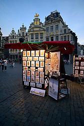 THEMENBILD - Brüssel ist die Haupt- und Residenzstadt des Königreichs Belgien, Sitz der Institutionen der Flämischen und Französischen Gemeinschaft Belgiens sowie von Flandern und Hauptort der Region Brüssel-Hauptstadt. Zudem stellt die Stadt den Hauptsitz der Europäischen Union sowie den Sitz der NATO, ferner den des ständigen Sekretariats der Benelux-Länder, der Westeuropäischen Union und der EUROCONTROL, hier im Bild Abendstimmung Stand eines Straßenmaler vor Maison des Brasseurs, Zunfthäuser, Gildehäuser, Grote Markt, Grand Place, UNESCO Weltkulturerbe aufgenommen am 28. Juli 2013 // THEMES PICTURE - Brussels is the capital and residence city of the Kingdom of Belgium, the seat of the institutions of the Flemish and French Community of Belgium and the capital of Flanders and Brussels-Capital Region. In addition, the city is the headquarters of the European Union, and the headquarters of NATO, also the Permanent Secretariat of the Benelux countries, the Western European Union and EUROCONTROL pictured on 28th of July 2013. EXPA Pictures © 2013, PhotoCredit: EXPA/ Eibner/ Michael Weber<br /> <br /> ***** ATTENTION - OUT OF GER *****
