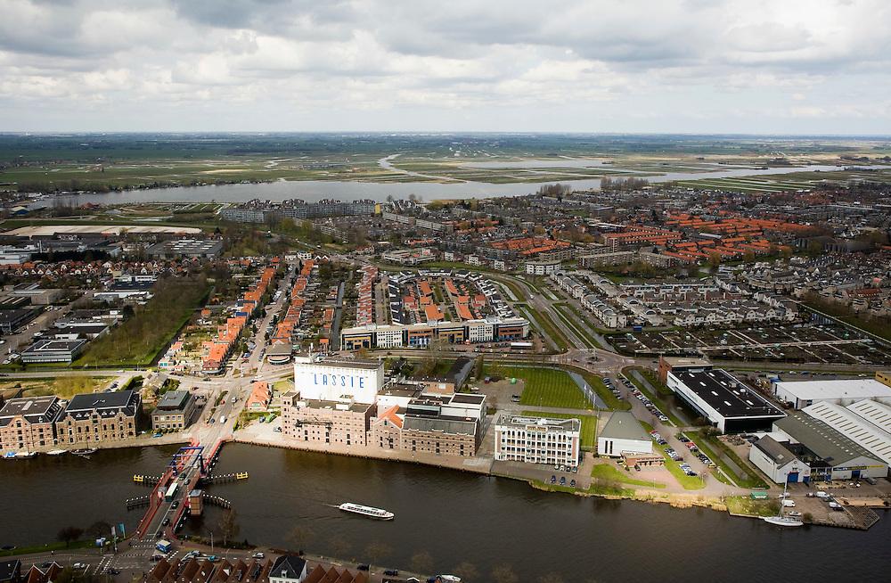 Nederland, Noord-Holland, Zaanstad, 16-04-2008; Wormerveer, rivier de Zaan met de Lassie- fabriek en pakhuiz Mercurius (rechts) aan de Veerdijk in Wormer; achter Wormer het water van De Poel en 't Zwet en de Polder Jisp, Wormer, Nek; pakhuis, pakhuizen, warehouse..luchtfoto (toeslag); aerial photo (additional fee required); .foto Siebe Swart / photo Siebe Swart.