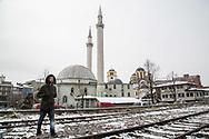 Décembre 2017. Kosovo : 10ème anniversaire de l'indépendance. Ferizaj, la mosquée et l'église orthodoxe serbe collées. Ferizaj. Urosevac. Uroševac.