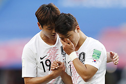 (L-R) Younggwon Kim of Korea Republic, Heechan Hwang of Korea Republic during the 2018 FIFA World Cup Russia group F match between Sweden and Korea Republic at the Novgorod stadium on June 18, 2018 in Nizhny Novgorod, Russia