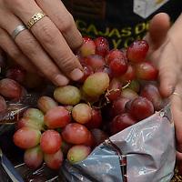 Toluca, México.- Los principales mercados de la capital mexiquense comenzaron a ofertar la tradicional uva para pedir los doce deseos cuando inicie el año nuevo, el cual se encuentra entre 40 y 50  pesos el kilo . Agencia MVT / Arturo Hernández.