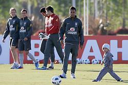 O jogador da Seleção Brasileira de Futebol, Robinho brinca com seu filho Robison Jr. durante treino no C T do Corinthians, em São Paulo. FOTO: Jefferson Bernardes/Preview.com