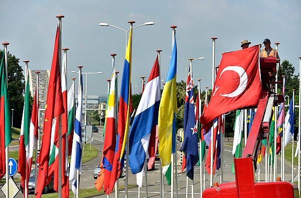 Nederland, Nijmegen, 10-7-2014Nijmegen bereidt zich voor op de 4daagse en de bijhorende zomerfeesten. Op het Trajanusplein worden de vlaggen van aale landen waar deelnemers vandaan komen opgehangen. Deze is van Turkije. Vanaf zondag kan men zich inschrijven. Dinsdag vertrekken de eerste lopers over de Waalbrug naar de Betuwe, dag van Elst.FOTO: FLIP FRANSSEN/ HOLLANDSE HOOGTE
