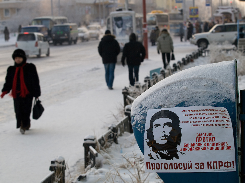 Strassenszene mit Che Guevara  Plakat in der Innenstadt von Jakutsk. Jakutsk wurde 1632 gegruendet und feierte 2007 sein 375 jaehriges Bestehen. Jakutsk ist im Winter eine der kaeltesten Grossstaedte weltweit mit durchschnittlichen Winter Temperaturen von -40.9 Grad Celsius. Die Stadt ist nicht weit entfernt von Oimjakon, dem Kaeltepol der bewohnten Gebiete der Erde.<br /> <br /> Street scene with Che Guevara poster in the city center of Yakutsk. Yakutsk was founded in 1632 and celebrated 2007 the 375th anniversary - billboard announcing the celebration. Yakutsk is a city in the Russian Far East, located about 4 degrees (450 km) below the Arctic Circle. It is the capital of the Sakha (Yakutia) Republic (formerly the Yakut Autonomous Soviet Socialist Republic), Russia and a major port on the Lena River. Yakutsk is one of the coldest cities on earth, with winter temperatures averaging -40.9 degrees Celsius.