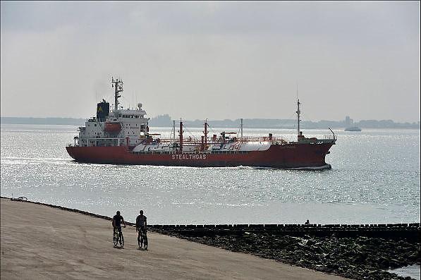 Nederland, Vlissingen, 14-9-2014 Een containerschip vaart bij Vlissingen op de Westerschelde naar de haven van Antwerpen in belgie. Vanaf de boulevard of het strand van Vlissingen heb je mooi zicht op de scheepsbewegingen. Ook een gastanker gevuld met LPG vaart voorbij. Het is een kustvaarder.FOTO: FLIP FRANSSEN/ HOLLANDSE HOOGTE
