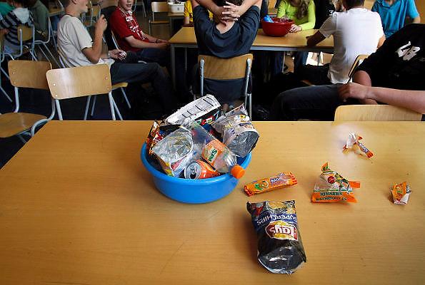 Nederland, Groesbeek, 21-9-2006..In de aula van een vmbo school staan afwasbakken met lege zakken chips en snoep tijdens de lunchpauze...Foto: Flip Franssen/Hollandse Hoogte