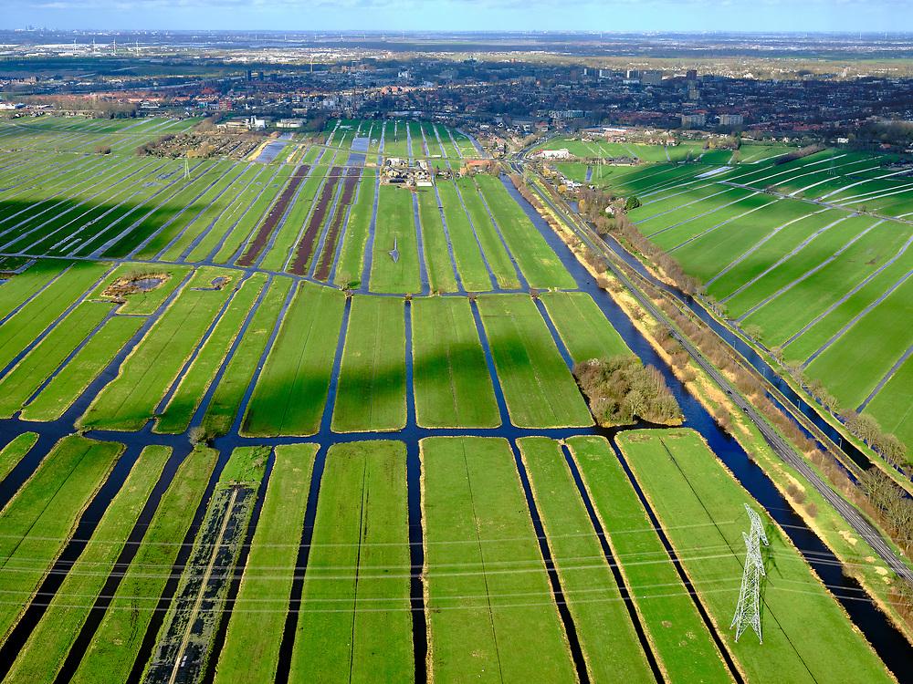 Nederland, Zuid-Holland, Stolwijk, 25-02-2020; Krimpenerwaard, omgeving buurtschap het Beijersche. Veenweidegebied met strokenverkaveling. Hoogspanningsmast, onderdeel van het Landelijk Koppelnet (hoogspanningsnet), 380 kV. Gouda in de achtergrond.<br /> Polder Krimpenerwaard. Peat meadow area with parcellation. High-voltage pylon, part of the National Interconnection Network (high-voltage network), 380 kV.<br /> <br /> luchtfoto (toeslag op standard tarieven);<br /> aerial photo (additional fee required)<br /> copyright © 2020 foto/photo Siebe Swart