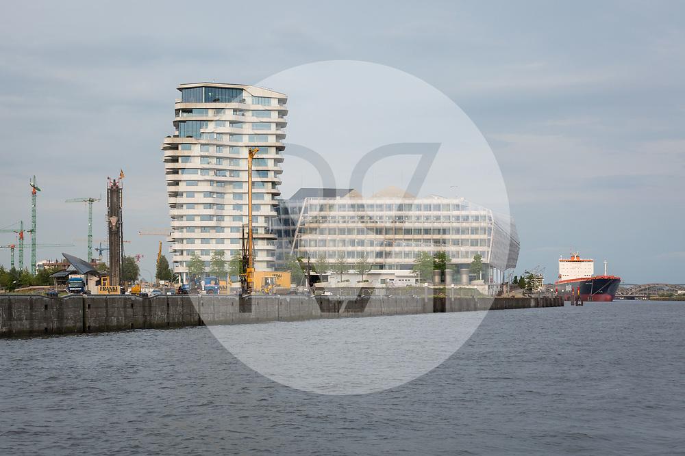 DEUTSCHLAND - HAMBURG - Hafenrundfahrt auf der Nordelbe: Unilever-Haus (L) und Langnese Café (am Ufer) in der Hamburger HafenCity - 07. Juli 2016 © Raphael Hünerfauth - http://huenerfauth.ch