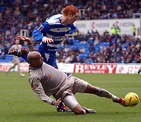 Photo: Daniel Hambury.<br /> Reading v Leicester City. <br /> The Coca Cola Championship.<br /> 26/02/2005<br /> Reading's Steve Sidwell and Leicester's Dion Dublin battle for the ball.