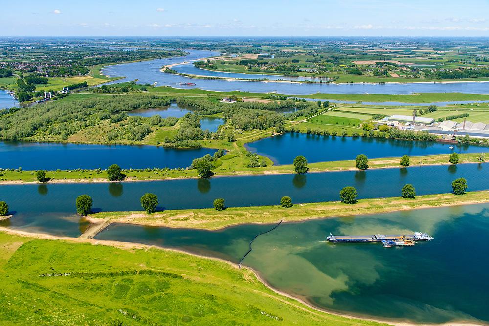 Nederland, Noord-Brabant, Maren-Kessel, 13-05-2019; Lithse Ham, recreatieplas en hoofdsstroom van rivier de Maas. In de achtergrond de Waal. In het kader van het Maasoeverpark, zal er een ontwikkeling plaatsvinden van een landschapspark. Daarin ruimte voor de natuur, de landbouw en  'ruimte voor de rivier'  (bescherming tegen hoogwater door waterstandverlaging).<br /> Heerewaarden, where the river Maas (Meuse, right) and Waal almost touch, divided bij a isthmus. In to the canal the lock of St. Andries and an old fortress. <br /> Part of Maasoeverpark, development of a landscape park in which space for nature is combined with 'space for the river', protection against high water by lowering the water level.<br /> aerial photo (additional fee required);<br /> luchtfoto (toeslag op standard tarieven);<br /> copyright foto/photo Siebe Swart