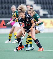 AMSTELVEEN - Maria Verschoor (Amsterdam) met Imme van Es (HDM) tijdens de competitie hoofdklasse hockeywedstrijd dames, Amsterdam-HDM (1-1).  COPYRIGHT KOEN SUYK