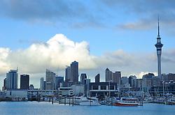 Centro de Auckland, regido pela imponente Sky Tower, remete a uma metrópole. Tudo isso contrastando com o grande númro de barcos ancorados na baía. A cidade é a maior da Nova Zelandia, com um milhão e meio de habitantes. FOTO: Lucas Uebel/Preview.com
