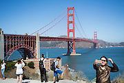 Toeristen maken een selfie bij de Golden Gate brug. Tussen het Schiereiland van San Francisco en Marin County ten noorden van de metropool San Francisco ligt de Golden Gate Brug over de zeestraat Golden Gate, tussen de San Fransisco Bay en de Stille Oceaan. De brug is een van de zeven moderne wereldwonderen en is op 27 mei 1937 geopend. De tolbrug is een van de meest herkenbare symbolen van San Francisco en Californie.<br /> <br /> Tourists make a selfie at the Golden Gate Bridge. Between the San Francisco Peninsula and Marin County north of the metropolis of San Francisco's lays Golden Gate Bridge on the Golden Gate strait, between San Francisco Bay and the Pacific Ocean. Lies The bridge is one of the seven modern wonders of the world and was opened on May 27, 1937. The toll bridge is one of the most recognizable symbols of San Francisco and California