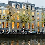 NLD/Amsterdam/20161115 - Kantoorpanden aan de Amsterdamse gracht in de avond