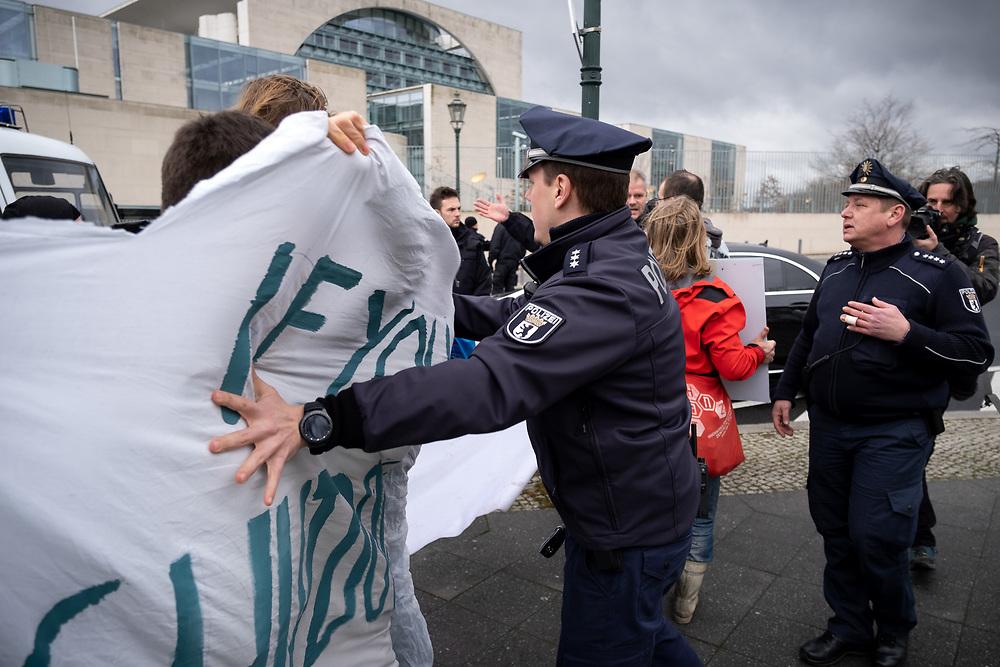 Klimaaktivisten von Fridays for Future, Greenpeace, BUND und Ende Gelände protestieren anlässlich des Staatsbesuchs der f i n n i s c h e n   P r ä s i d e n t i n  S a n n a  M a r i n  vor dem Kanzleramt in Berlin gegen gegen die Inbetriebnahme des Steinkohlekraftwerks Datteln IV.<br /> Der finnische Energiekonzern Fortum ist Großaktionär beim Düsseldorfer Energiekonzern Uniper, der Datteln 4 betreibt, dem finnischen Staat hält die Aktienmerheit an Fortum.<br /> <br /> [© Christian Mang - Veroeffentlichung nur gg. Honorar (zzgl. MwSt.), Urhebervermerk und Beleg. Nur für redaktionelle Nutzung - Publication only with licence fee payment, copyright notice and voucher copy. For editorial use only - No model release. No property release. Kontakt: mail@christianmang.com.]