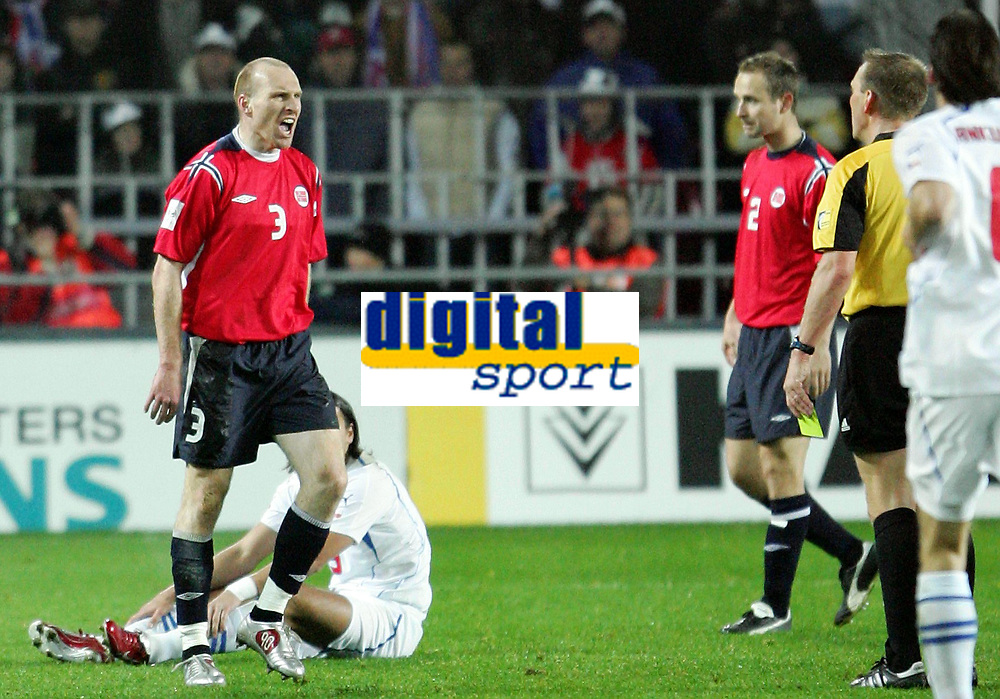 Fotball / Soccer<br /> Play off VM 2006 / Play off World Champio0nships 2006<br /> Tsjekkia v Norge 1-0<br /> Czech Republic v Norway 1-0<br /> Agg: 2-0<br /> 16.11.2005<br /> Foto: Morten Olsen, Digitalsport<br /> <br /> An angry Erik Hagen (Zenit St. Petersburg) after refree Graham Poll gave a free kick to Tomas Rosicky (sitting)