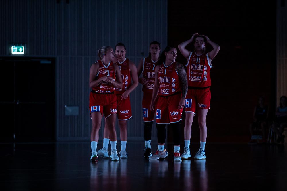 ÖSTERSUND 20210925<br /> Uppsala efter en timeout under lördagens match i Basketligan mellan Östersund Basket och Uppsala Basket i Östersunds Sporthall<br /> <br /> Foto: Per Danielsson/Projekt.P