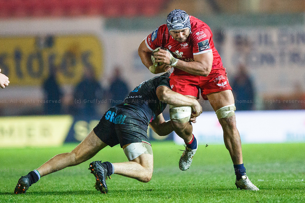 Llanelli, UK. 8 November, 2020.<br /> Scarlets number eight Sione Kalamafoni on the attack during the Scarlets v Zebre PRO14 Rugby Match.<br /> Credit: Gruffydd Thomas/Alamy Live News
