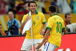 Fred e Neymar Jr comemoram gol na partida entre Brasil e Espanha, válida pela final da Confederações 2013, no estádio Maracanã, no Rio de Janeiro. FOTO: Jefferson Bernardes/Preview.com