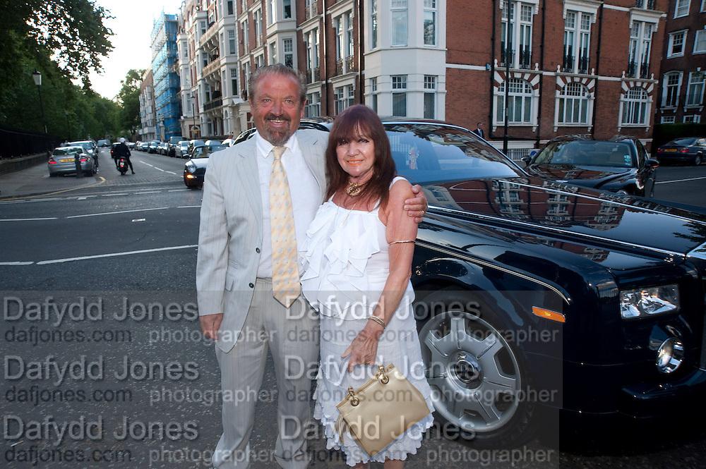 PAUL FLATMAN; CHRISSIE FLATMAN, Conservative Summer Party. Royal  Hospital Chelsea. London.  5 July 2010. -DO NOT ARCHIVE-© Copyright Photograph by Dafydd Jones. 248 Clapham Rd. London SW9 0PZ. Tel 0207 820 0771. www.dafjones.com.