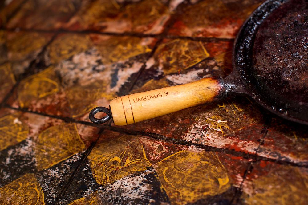 Belo Horizonte_MG, Brasil.<br /> <br /> Frigideira de ferro fundido em Belo Horizonte, Minas Gerais.<br /> <br /> Cast iron skillet detail.<br /> <br /> Foto: BRUNO MAGALHAES / NITRO
