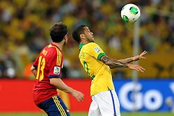 Daniel Alves disputa bola com Juan Mata na partida entre Brasil e Espanha válida pela final da Copa das Confederações 2013, no estádio Maracanã, no Rio de Janeiro. FOTO: Jefferson Bernardes/Preview.com