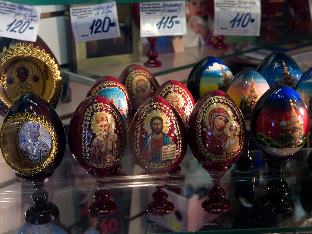Souvenirs in Moskau. Matrjoschka sind aus Holz gefertigte und bunt bemalte, ineinander schachtelbare, eiförmige russische Puppen mit Talisman-Charakter.<br /> <br /> Souvenirs in a Moscow shop. A matryoshka doll or a Russian nested doll (also called a stacking doll or Babooshka doll) is a set of dolls of decreasing sizes placed one inside another.