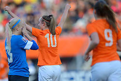 20-05-2015 NED: Nederland - Estland vrouwen, Rotterdam<br /> Oefeninterland Nederlands vrouwenelftal tegen Estland. Dit is een 'uitzwaaiwedstrijd'; het is de laatste wedstrijd die de Nederlandse vrouwen spelen in Nederland, voorafgaand aan het WK damesvoetbal 2015 / Jill Roord #10 scoort de 1-0, Kairi Himanen #3