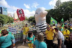 Manifestantes participam de um protesto exigindo a renúncia do presidente do Brasil, Dilma Rousseff, em 13 de março de 2016 em Porto Alegre, sul do Brasil. Milhares de manifestantes encheram as ruas do maior país da América Latina neste domingo na esperança de fazer o impeachment da presidente Dilma Rousseff baseado nos atos de corrupção do seu governo e uma economia em ruínas. FOTO: Jefferson Bernardes/ Agência Preview