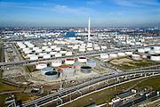 Nederland, Zuid-Holland, Rotterdam, 18-02-2015. Vondelingenplaat, Shell Pernis, de grootste raffinaderij van Europa. Op het terrein bevinden zich ook chemische fabrieken. Shell benzine station in de voorgrond.<br /> Shell Pernis, the largest refinery in Europe, the site includes several chemical plants.<br /> luchtfoto (toeslag op standard tarieven);<br /> aerial photo (additional fee required);<br /> copyright foto/photo Siebe Swart