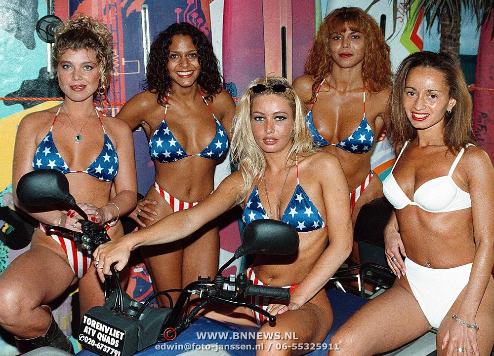 Werkneemsters van de Bayside Beachclub poseren voor de opening