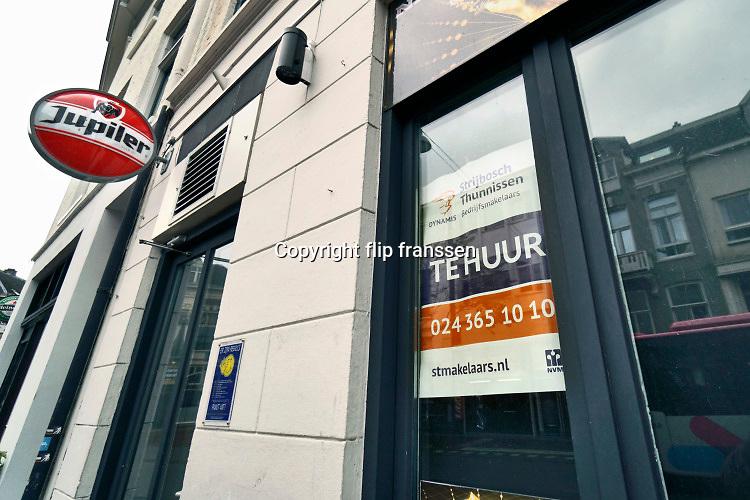 Nederland, Nijmegen, 16-11-2020 In de binnenstad van Nijmegen staan veel winkel en bedrijfspanden waaronder horeca leeg en te huur . Hier een bar in het centrum .Foto: ANP/ Hollandse Hoogte/ Flip Franssen