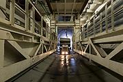 De boor is 120 meter in de Victory Boogie Woogie tunnel. Een speciaal ontworpen electrisch aangedreven vrachtwagen brengt een lading tunnelelementen naar de boor.