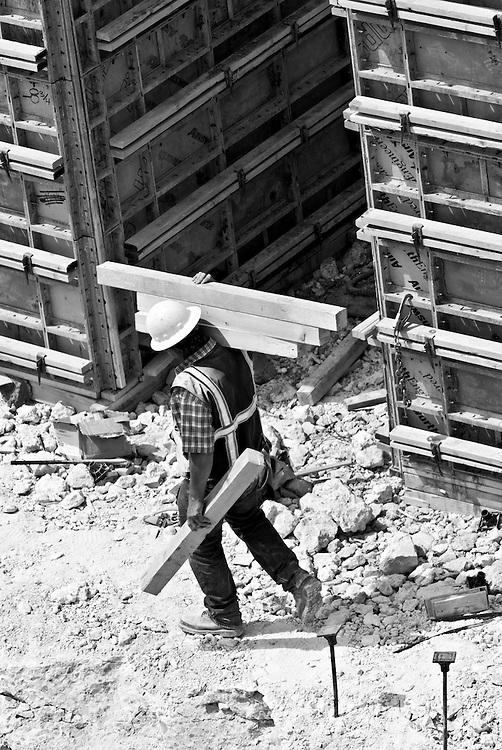 USA, Vereinigte Staaten von Amerika, Nevada,Las Vegas; Ein Bauarbeiter trägt einen Holz-Balken auf der Baustelle des Neubaus des Hotels Encore | engl.: United States of America,  a worker carries timber at the construction site of the the hotel Encore