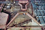 Nederland, Deest, 8-2-2019 In Deest gemeente Druten aan de Waal ligt de moderne scheepswerf Ravestein . Het staalbedrijf is gespecialiseerd in zware metalen constructies zoals bruggen, ophaalbruggen,roll on roll off systemen, sluisdeuren en speciale pontons . Hier wordt gewerkt aan een ophaalbrug voor de Spaarne in Haarlem .Ontwerp, constructie, transport en installatie van een grote asymmetrische basculebrug over de rivier de Spaarne voor de gemeente Haarlem in Nederland.Constructiebedrijf . Foto: Flip Franssen