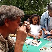 Geologisch Museum Laren, kinderen met vakantievondsten, stenen, onderzoek met loep