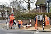 Nederland, The Netherlands, Nijmegen, 6-3-2015Personeel, mederwerkers, van het technisch installatieconcern Imtech doen aanpassingen aan de verkeerslichten op een kruispunt in de stad.