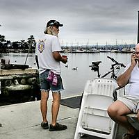 Verenigde Staten.Rockland.Piermont.9 augustus 2005.<br /> Bewoners van het Havenplaatsje Piermont aan de Hudson rivier zo'n 40 km buiten New York.<br /> Vele bewoners van Piermont en van New York hebben een boot in de haven liggen.Piermont is het 1e dorpje aan de Hudson ten Westen van New York.<br /> Oude hippie's. Recreatie.Ontspanning.Boeven.<br /> Archives 2005, in the marina of Piermont, New York USA.
