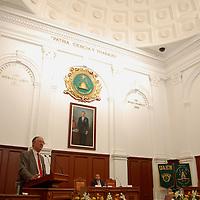"""Toluca, Mex.- Laurence Whitehead, director fundador del Centro de Estudios sobre México de la Universidad de Oxford así como decano y catedrático titular de política y democratización en el Nuffield Collage de la Universidad de Oxford y de otras del mundo, durante la conferencia magistral """"Transiciones a la Democracia"""", que dictara en el Aula Magna de la UAEM. Agencia MVT / Rummenige Velasco. (DIGITAL)<br /> <br /> <br /> <br /> <br /> <br /> <br /> <br /> NO ARCHIVAR - NO ARCHIVE"""