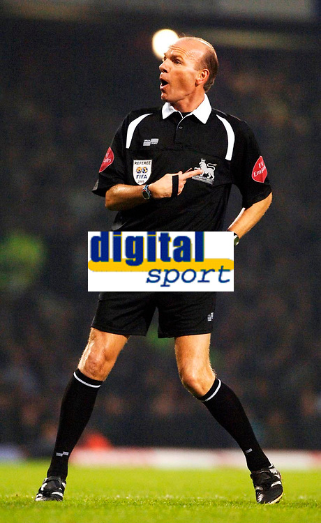 Photo: Daniel Hambury.<br />West Ham United v Manchester United. The Barclays Premiership. 27/11/2005.<br />Referee Steve Bennett.