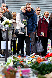© Licensed to London News Pictures. 16/11/2015. Paris, France. Mourners visit a memorial outside Le Carillon in Paris, France following the Paris terror attacks on Monday, 16 November 2015. Photo credit: Tolga Akmen/LNP