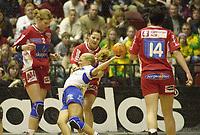 Håndball: Kari Mette Johansen, Larvik, takler Norstrands Randi Gustad. NM finale kvinner. Cupfinale. Oslo Spektrum. 29. mars 2003. (Foto: Peter Tubaas/Digitalsport)