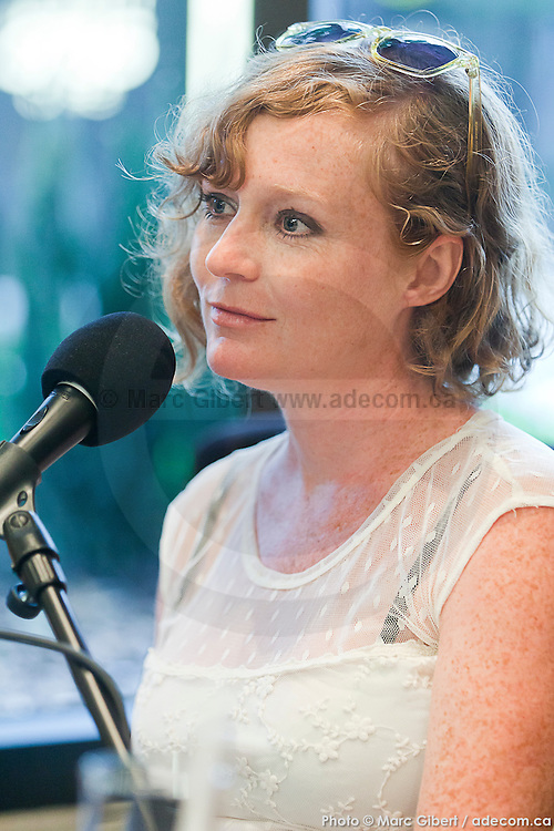 Portrait de Lara Brown en direct lors de l'émission radiophonique Francophonie Express  à  Bar Alice de l'hôtel Omni / Montreal / Canada / 2014-08-05, Photo © Marc Gibert / adecom.ca