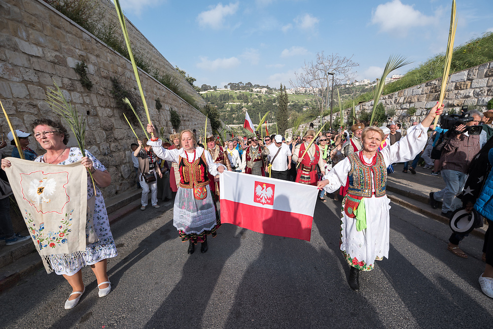14 April 2019, Jerusalem: On Palm Sunday, thousands gathered and marched from the Mount of Olives down to the Old City of Jerusalem, following in the footsteps of Jesus, as he journeyed to Jerusalem. Here, a group from Poland.