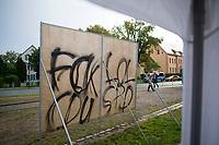 """Teltow, 10.09.2021: Die mit """"Fck lol CDU SPD"""" beschmierte Rückseite eines Wahlplakats der Grünen-Kanzlerkandidatin bei einer Wahlkampfveranstaltung von BÜNDNIS 90/DIE GRÜNEN mit der Grünen-Kanzlerkandidatin Annalena Baerbock."""