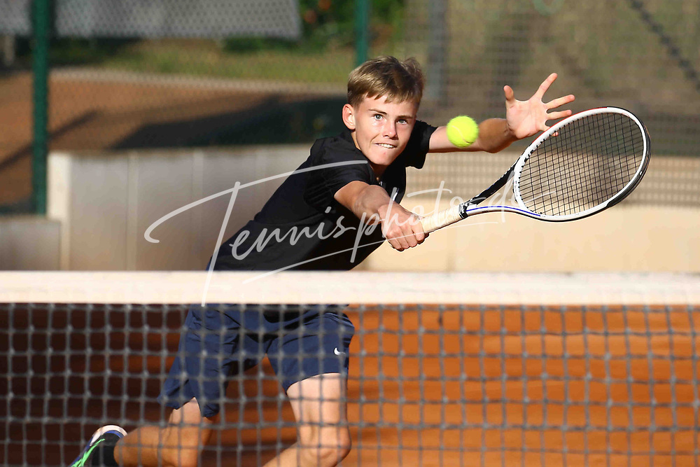 Tennis, 8. BTTC Junior-Cup 2021, Halbfinale Jungen am 26.09.21, Felix Triquart (SV Zehlendorfer Wespen 1911) vs. Tim Hohmann (Höchster THC), Tim Hohmann (Höchster THC) spielt den Ball volley mit seiner Rückhand, Foto: Michael Hundt