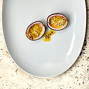 Passievrucht op bord- Passion fruit on plate