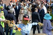 Koningsdag 2014 in Amstelveen, het vieren van de verjaardag van de koning. / Kingsday 2014 in Amstelveen, celebrating the birthday of the King. <br /> <br /> <br /> Op de foto / On the photo:  Koning Willem-Alexanderen  koningin Maxima met hun dochters  Alexia , Ariane en Amalia /// King Willem-Alexander with Queen Maxima and their daughters Alexia, Ariane and Amalia