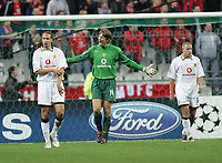 Photo: Lee Earle.<br /> Lille v Manchester Utd. UEFA Champions League.<br /> 02/11/2005. Manchester United keeper Edwin Van Der Sar shows his frustration as Rio Ferdinand (L) and Alan Smith look dejected after going a goal down.